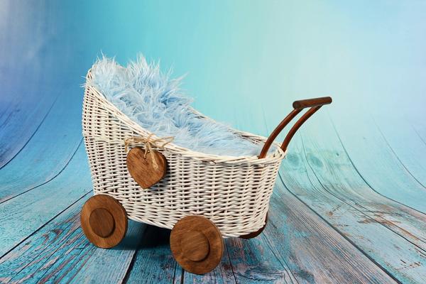 Zabawki wykonane z drewna – wózek dla lalek