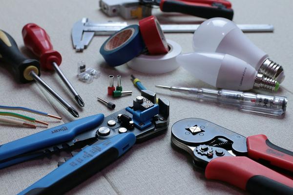 Jakie narzędzia są potrzebne elektrykowi?