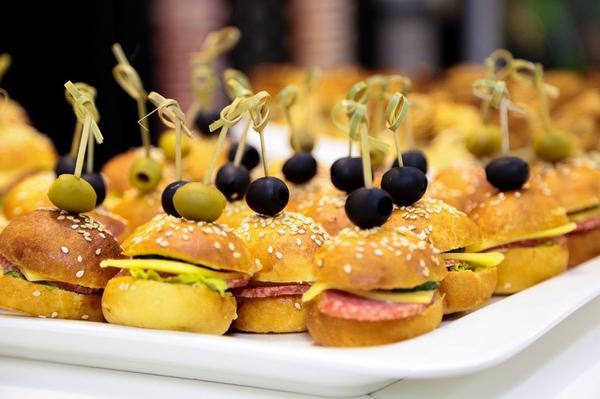 Rekomendowane i niezawodne cateringi plenerowe
